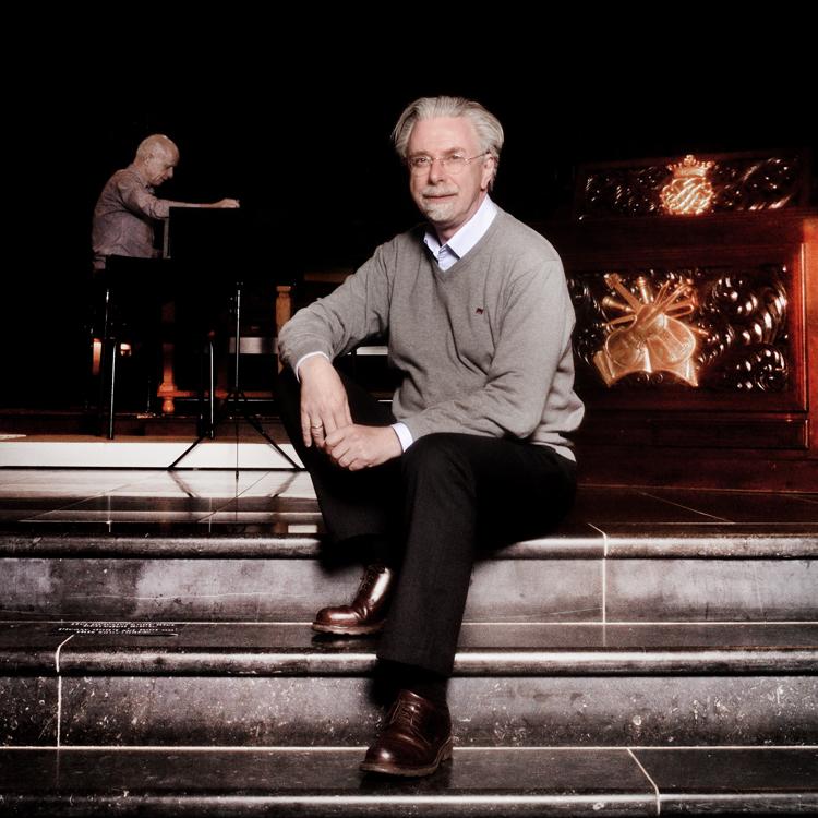 Dirigent Jos van Veldhoven voor het concert Virtuoze Solo Cantates van Bach in de Catharinakerk van Eindhoven.