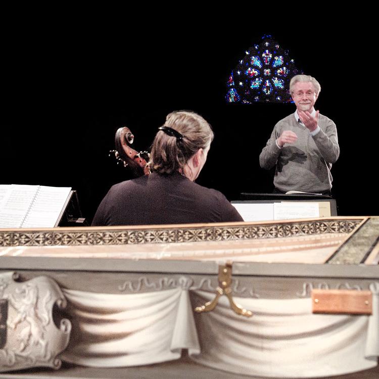 Jos van Veldhoven van de Nederlandse Bachvereniging dirigeert tijdens de repetitie in de Catharinakerk van Eindhoven voor het concert Virtuoze Solo Cantates van Bach.