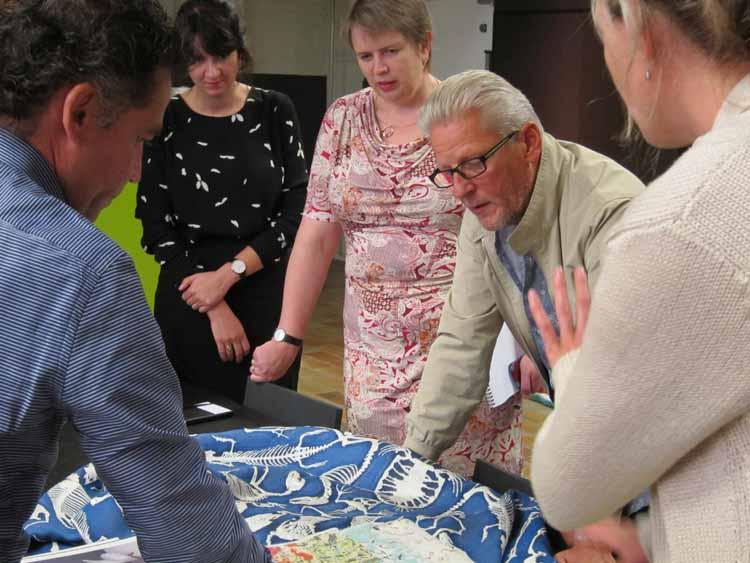 Jan Fabre krijgt uitleg over de mogelijkheden van techniek & materiaal in het TextielLab. foto TextielMuseum