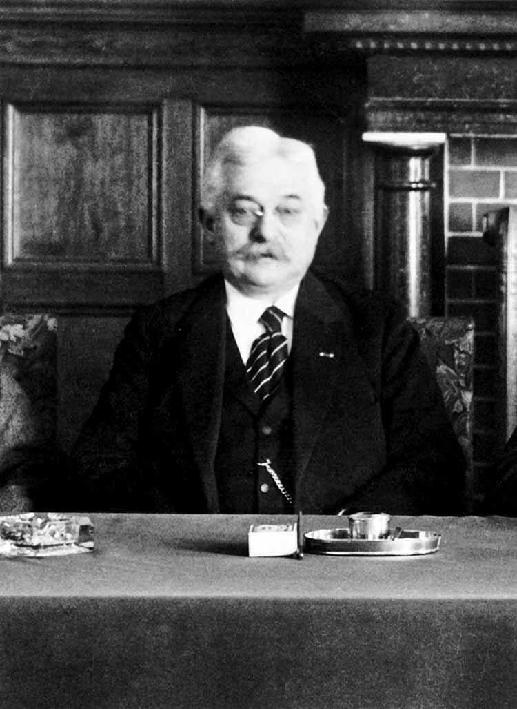 Wethouder E. van Roessel in 1923. In zijn taak als wethouder publieke werken schoot hij ernstig tekort. foto uit besproken boek
