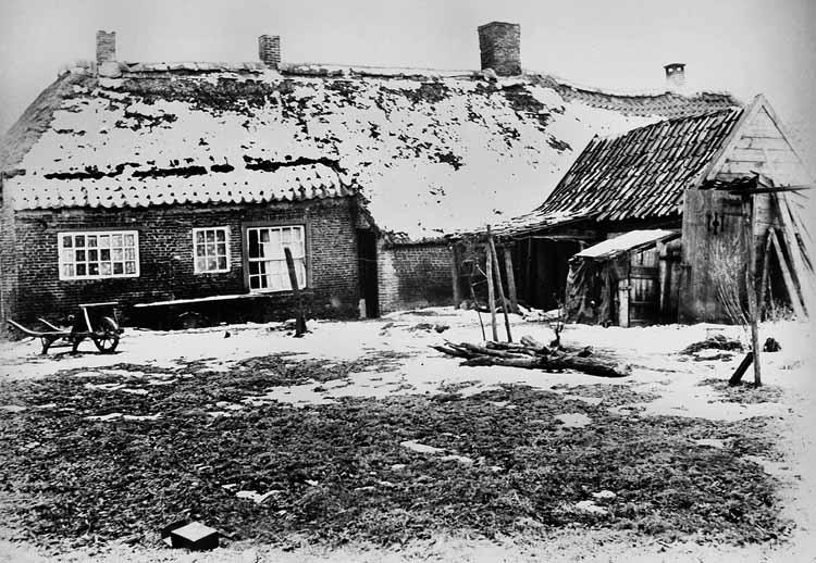 Achterzijde van woningen aan de Hoeksche Dwarsstraat die eind jaren '20 werden afgebroken in verband met de bouw van de Groeseinse kerk. foto uit besproken boek