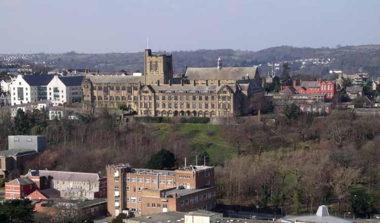Het hoofdgebouw van de Universiteit van Bangor, Noord-Wales. Foto Wikimedia Commons
