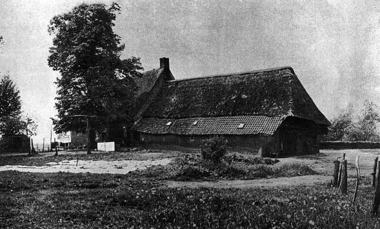 De Armenhoef bij Best rond 1960. Het rechtse deel is de middeleeuwse boerderij. foto uit ''t Goed te Arle'