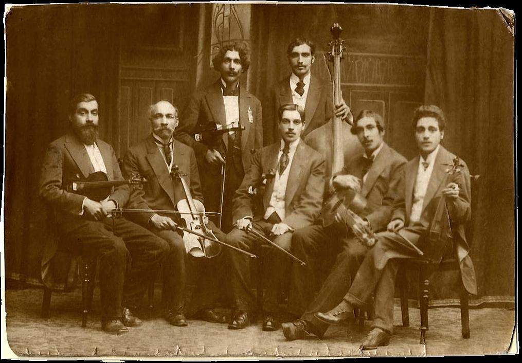 Foto uit 1890 met achter de contrabas (vermoedelijk) Josef Weiss, de latere Tata Mirando. De andere personen zijn zijn broers, die allen zijn omgekomen in de oorlog. foto privé-bezit Bero Weis