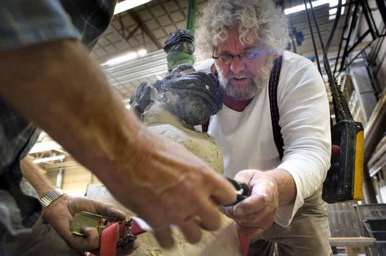 Louis Reijnen, beeldhouwer uit Limburg, maakt bij Beeldenstorm een kopie van zijn beeld Vergankelijkheid. Dat gebeurt door middel van een rubber mal waarbij het beeld in twee delen wordt gegoten. foto Piet den Blanken