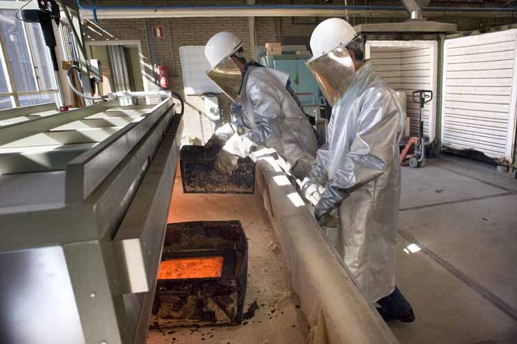 De net gegoten tegels van basalt worden in een hete glasoven geplaatst om geleidelijk af te koelen. foto Piet den Blanken