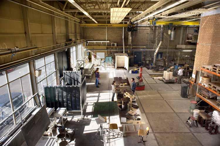 Deel van de hal van Beeldenstorm met diverse werkplekken. foto Piet den Blanken