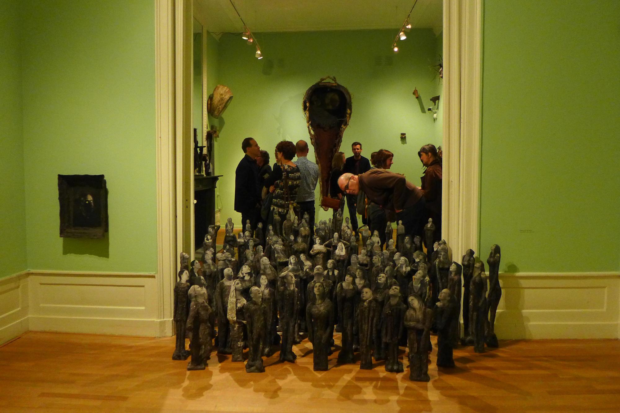 Met name het uit tientallen omhoogkijkende figuren bestaande kunstwerk Of Infinite Height trok meteen al op de opening veel aandacht. foto Joep Eijkens