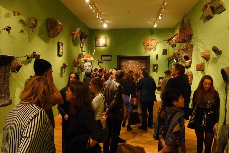 De eerste zaal tijdens de drukbezochte opening van de tentoonstelling. Foto Joep Eijkens.