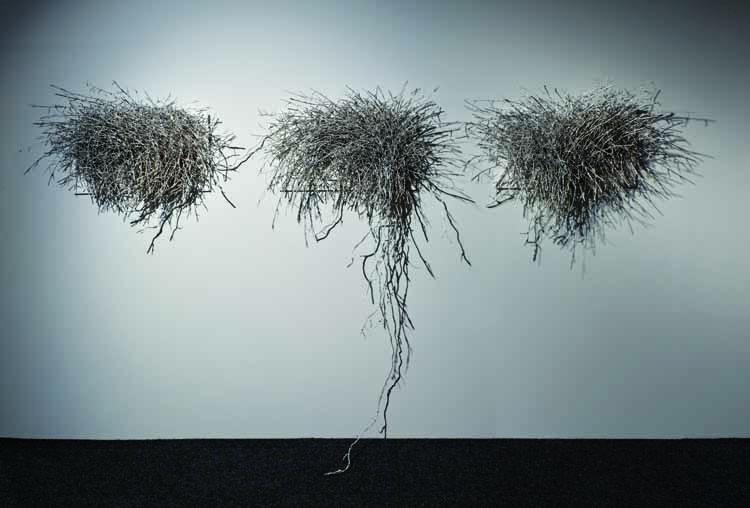 Atsuko Yoshioka , Gengaku shijusō no konsutorakushon (Constructie voor een strijkkwartet) 2009. Geverfd papier uit moerbeipulp, zijde, katoen, rvs, aluminium. foto Mareo Suemasa, met dank aan International Textile Network Japan