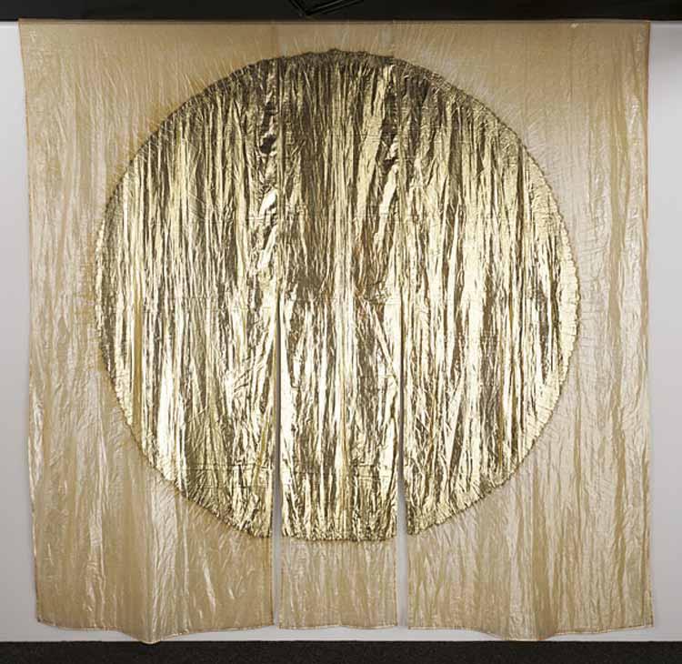 Jun'ichi Arai, Vuurbestendig gordijn, 2005. Polyfenyleensulfide film, opgedampte  aluminium. foto Mareo Suemasa, met dank aan International Textile Network Japan