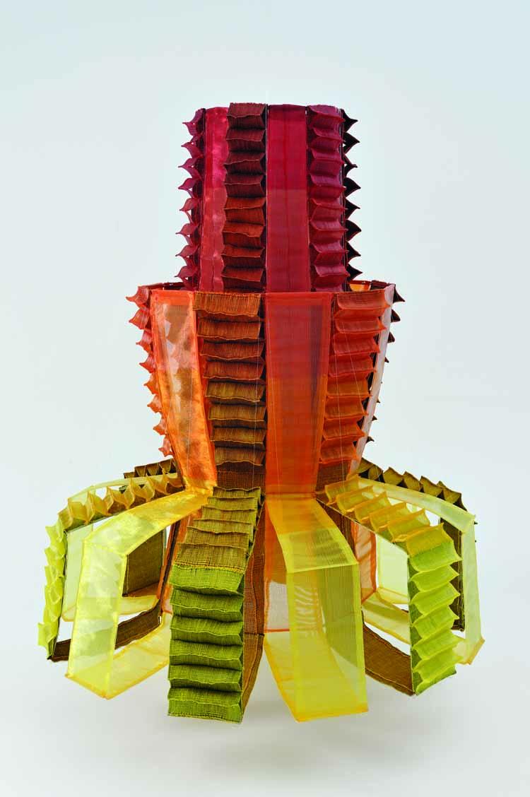 Shigeo Kubota, Vorm van rood I, 2009. Nylon, sisal. foto Mareo Suemasa, met dank aan International Textile Network Japan