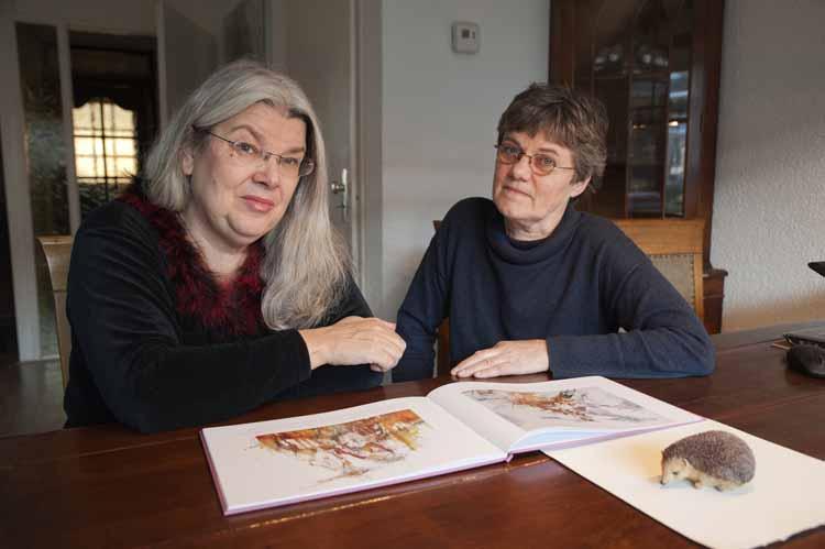 Marja van Trier (l) en Greet op den Kamp met hun prentenboek. Foto Joep Eijkens.
