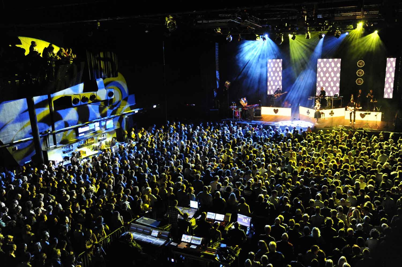 Een volle zaal voor Caro Emerald in 013. foto Joep Eijkens