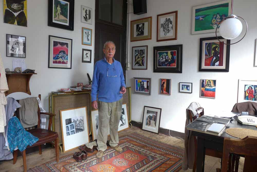 In zijn woonkamer wordt Jan Vinks omringd door eigen werk. Foto Joep Eijkens.