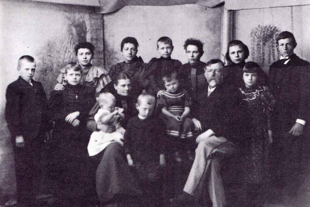 Het gezin van Jan van Delft tijdens zijn tweede huwelijk. fotograaf onbekend