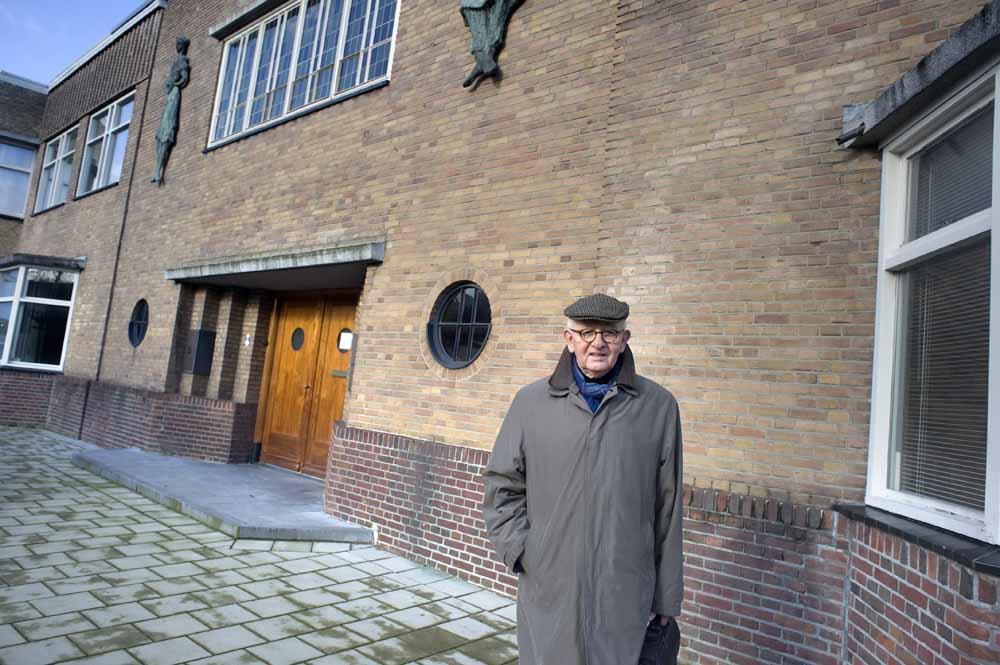 Toon Gouda voor de Van Harenfabriek in Waalwijk. foto Piet den Blanken