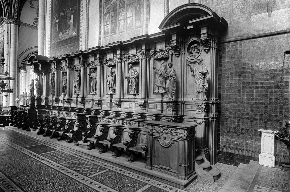 De koorbanken van de Sint-Bernardsabij, tussen 1690 en 1699 vervaardigd door Artus Quellinus, Lodewijk Willemsen en Hendrik Frans Verbruggen. Na de opheffing van de abdij kwamen deze banken via Oud Gastel terecht in de kerk van Wouw. Daar gingen zij in 1944 door brand verloren. 31 van de heiligenbeelden konden worden gered. foto uit besproken boek