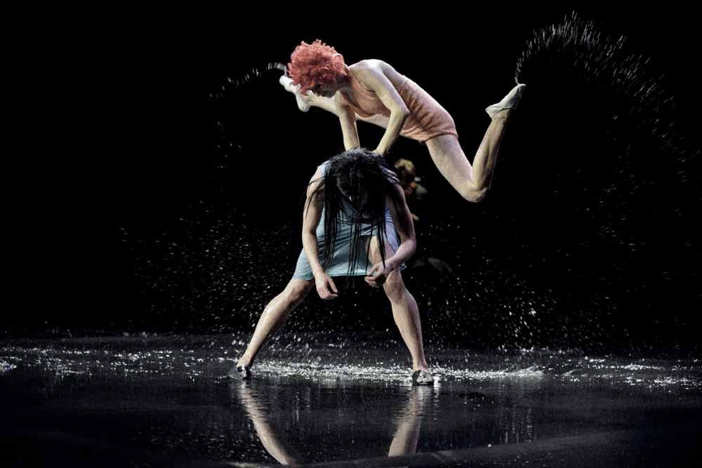 Scene uit We Must Be Willing To Let Go van dansgezelschap TRASH. foto Stijn Rompa