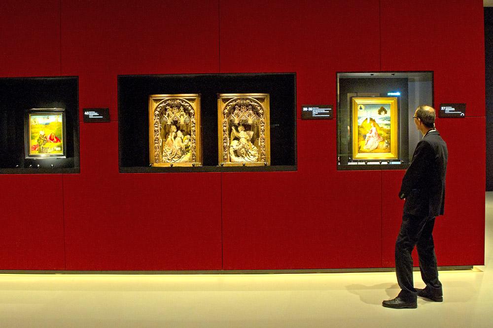 Delen uit het Broederschapsretabel (ca. 1490-1495) van Jeroen Bosch herenigd. Links Johannes de Doper (Museo Fundación Lázaro Galdiano, Madrid), rechts Johannes op Patmos (Gemäldegalerie, Staatliche Museen, Berlijn). Midden houtsnijwerk van Adriaen van Wesel (1475-1477, Museum Het Zwanenbroedershuis, 's-Hertogenbosch). Foto Evert Elzinga / Het Noordbrabants Museum