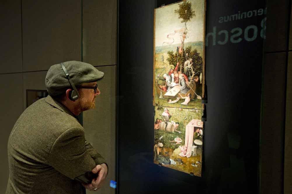 Het Narrenschip uit het Louvre (boven) en Gulzigheid en lust uit Yale University Art Gallery (onder), beide van Jeroen Bosch, herenigd. Foto Evert Elzinga / Het Noordbrabants Museum