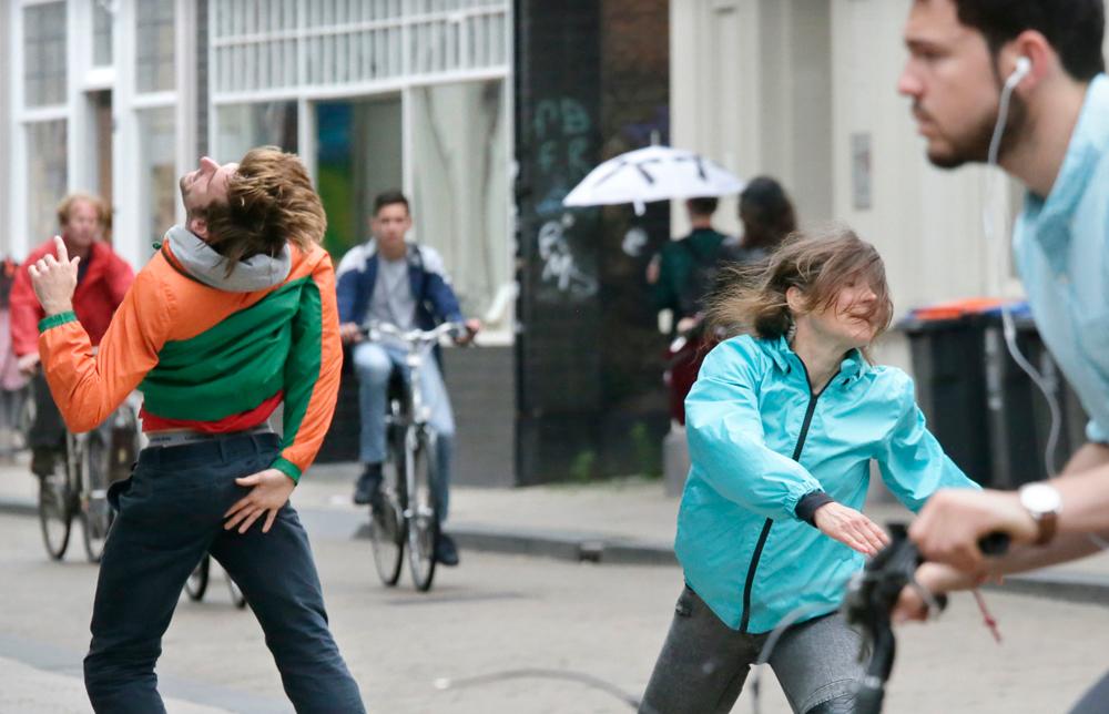 """Scene uit """"Welkom in Jukeboxcity"""" door dansgezelschap Vloeistof alledaagse dans. foto Joyce van Belkom"""