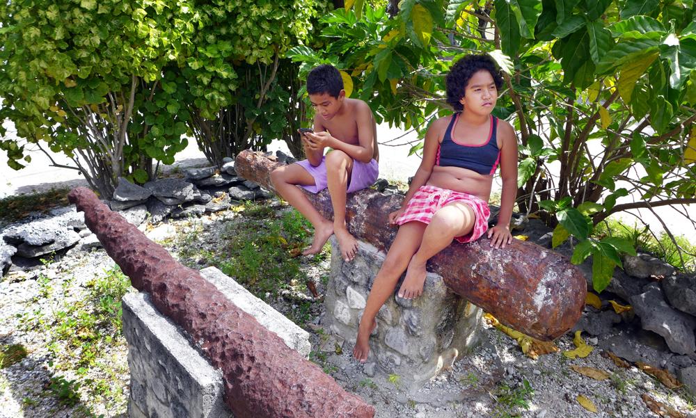 Brooklyn en Jacobine, twee kinderen van Takapoto, spelen op de kanonnen van de Africaensche Galey. De kanonnen zijn in verleden opgedoken van het rif. Nu roesten ze weg achter struikgewas.