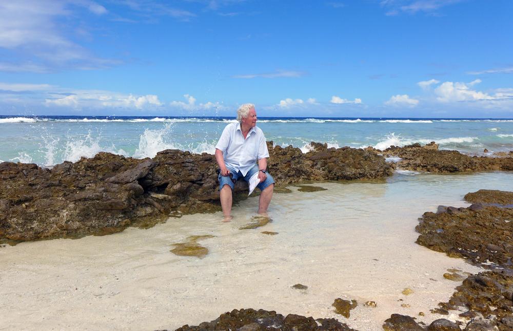 Rob Ruggenberg zit op het koraalrif, op de plaats waar in 1722 de Africaensche Galey aan stukken sloeg.