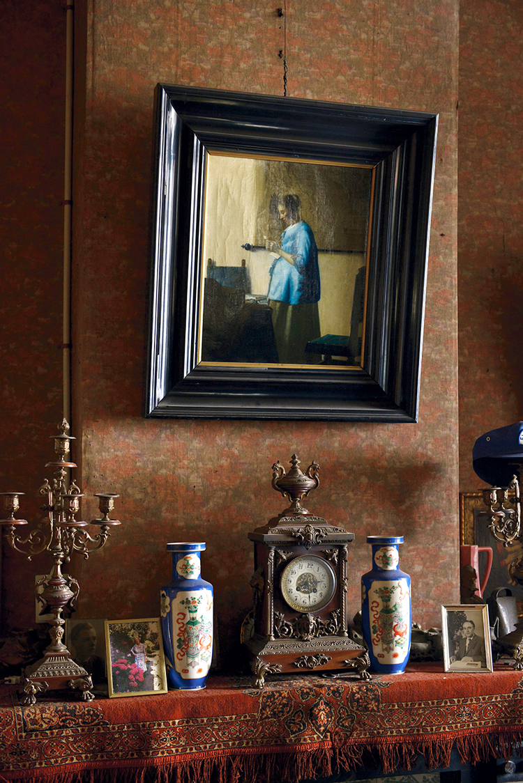 Blik in het atelier van Arnold van de Laar met schilderij 'Brieflezende vrouw' naar Johannes Vermeer (1918). Foto Marijn Bax