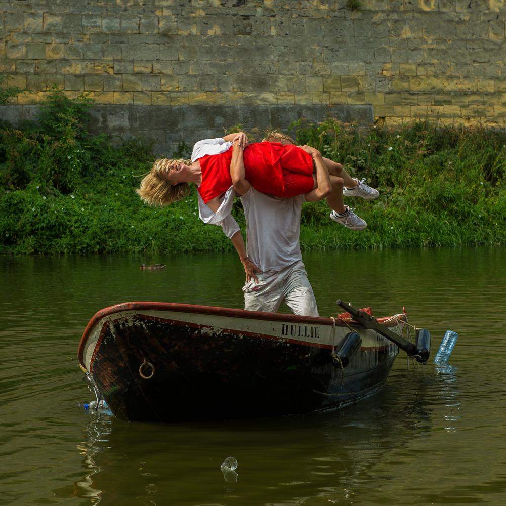 Vloeistof alledaagse dans speelt 'Dood op de Boot'. foto Claudia Brok