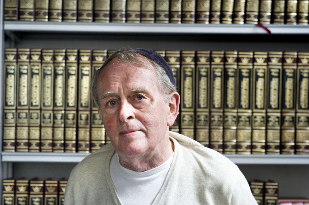 Jan Bader in de synagoge aan de Schoolstraat in Breda. Foto Piet den Blanken