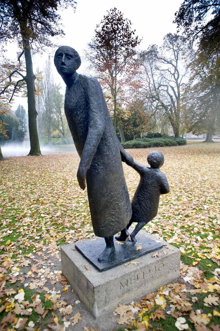 Het beeld 'de Vlucht' van Hein Koreman in het Valenbergpark. Het beeld werd gemaakt naar aanleiding van de ecacuatie en vlucht van de Bredase bevolking in de meidagen van 1940. De jaarlijkse dodenherdenking op 4 mei vind plaats door kranslegging bij het beeldhouwerk. Foto Piet den Blanken