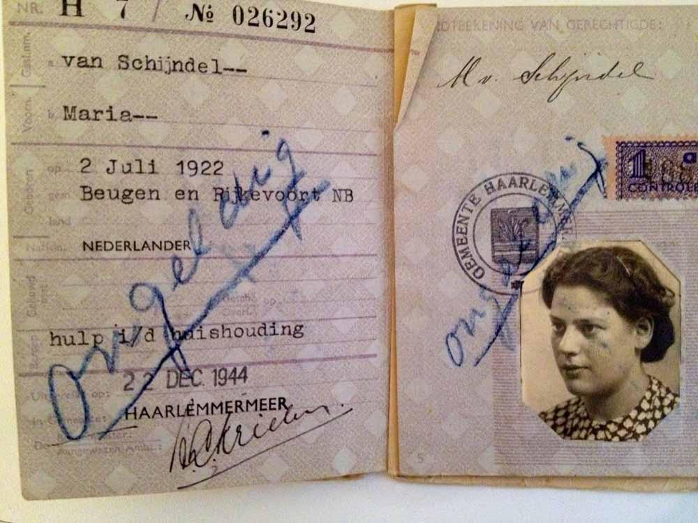 Het persoonsbewijs van Maria van Schijndel (1922) uit Veghel dat Betty van Zwanenbergh (1923-2001) gebruikte en waarmee ze de oorlog overleefde.