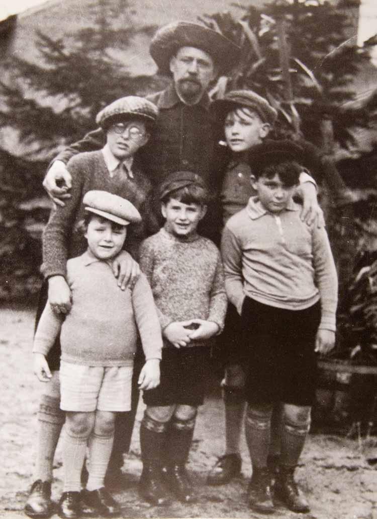 Hendrik Wiegersma met zijn 5 zonen, circa 1930. Fotograaf onbekend
