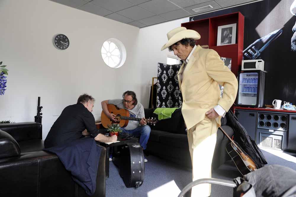 In de artiestenruimte van Paradox, kort voor het optreden. Links van Mees zijn bandleden B.J. Baartmans (l) en Johan Franse. Foto Joep Eijkens.
