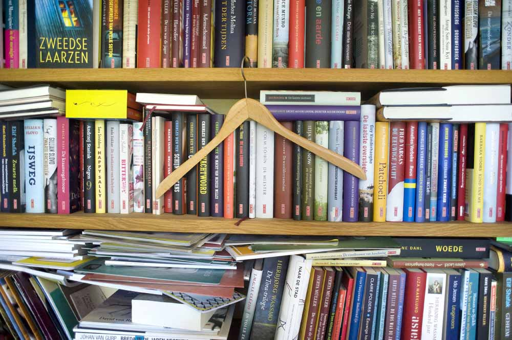 De boekenkast op de directiekamer van uitgeverij DeGeus met boeken die De Geus heeft uitgegeven. Foto Piet den Blanken/ Hollandse Hoogte