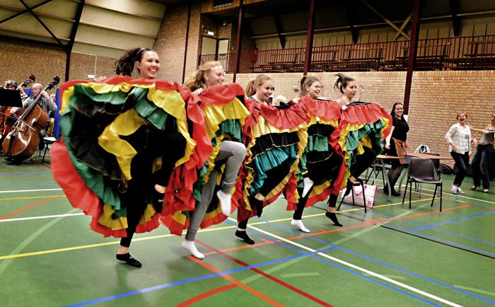 Jonge dansers voeren de Cancan uit. Foto Ad van Kessel