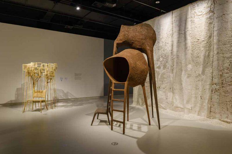Stoelen van Nacho Carbonell in het Stedelijk Museum 's-Hertogenbosch. foto Peter Cox