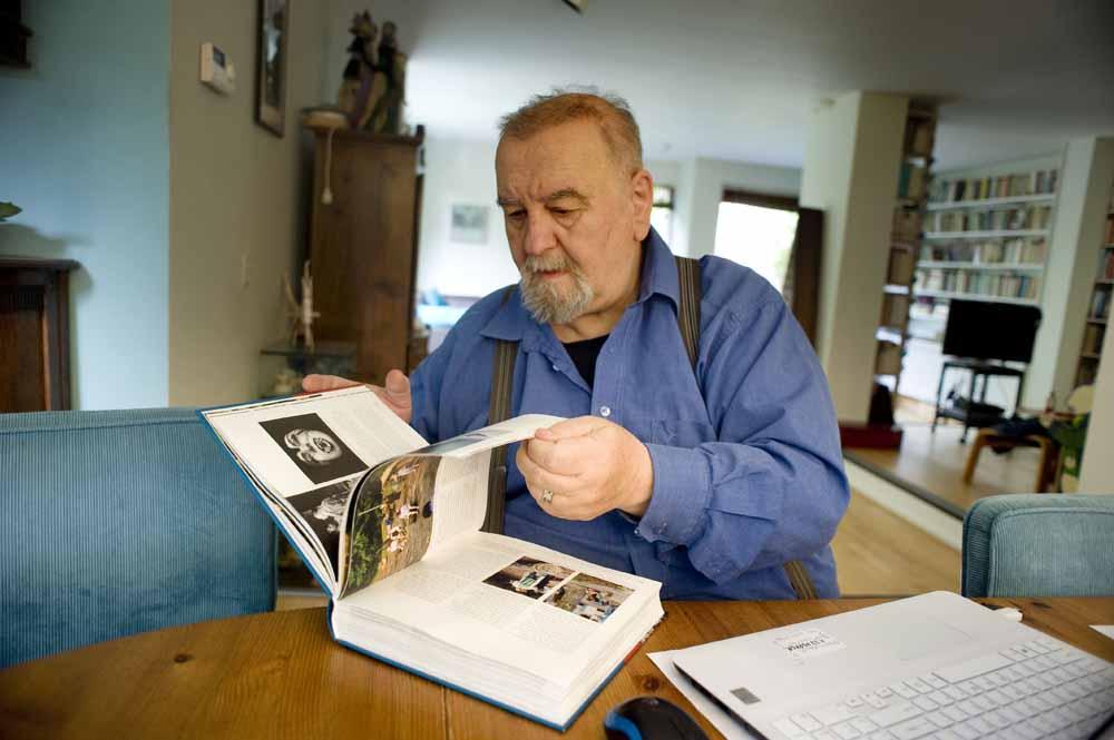 Jan Smeets bladert door zijn boek over 150 jaar amateurtoneel in Noord-Brabant. Schrijver en regisseur Jan Smeets. Foto Piet den Blanken