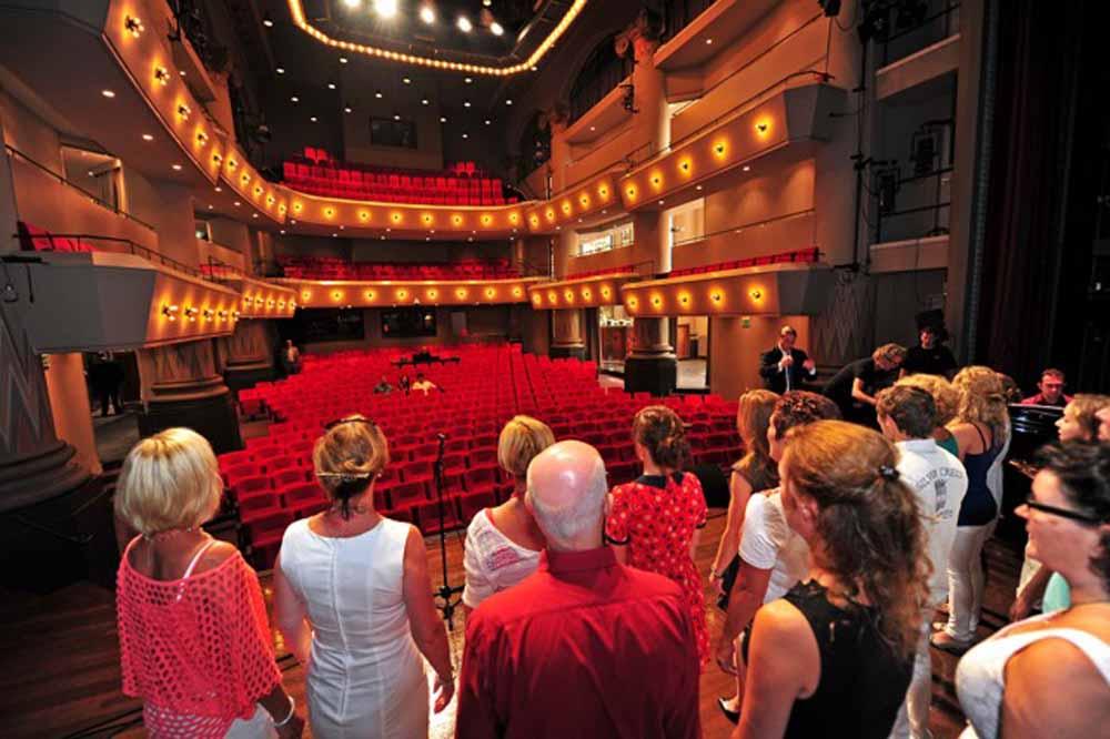 Theater De Maagd is gehuisvest in een voormalige kerk.