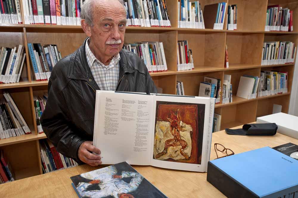 Jan Vinks laat in de bibliotheek van De Pont werk zien van Soutine: 'Le lapin écorché, ca. 1921'. Foto Joep Eijkens.