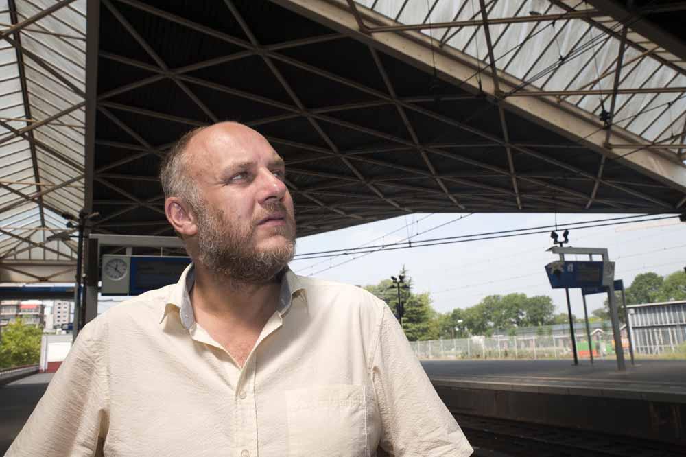 Operazanger Marcel van Dieren op Centraal Station Tilburg. Foto Joep Eijkens.