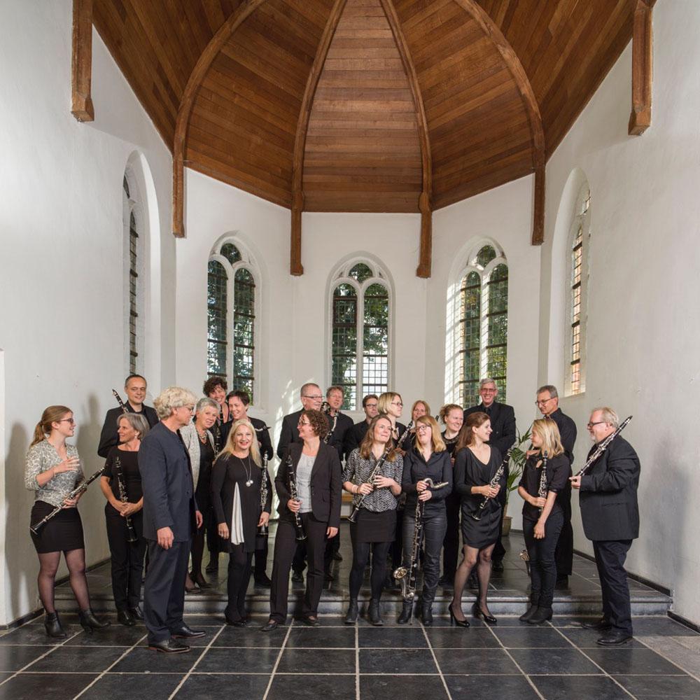 Het KlarinetHet KlarinetNsemble in het oude kerkje in Middelbeers. Derde van links dirigent Maarten Jense. Foto Fred van Laarhoven