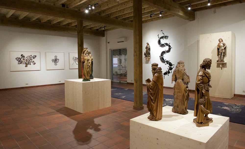Werk van Marc Mulders in combinatie met kunstwerken uit de tijd van Jeroen Bosch. Foto Piet den Blanken