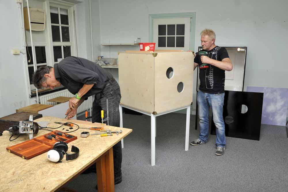 Dick Roose (l) en Mari van Helvoirt werken mee aan de bouw van de Wonderboxen. Foto Joep Eijkens.