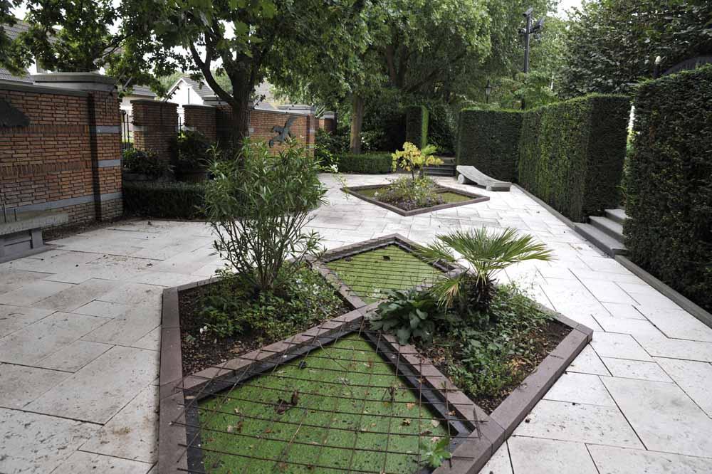Een tuinelement in wybertjesvorm die De Leeuw als geluksvorm beschouwt. Foto Joep Eijkens