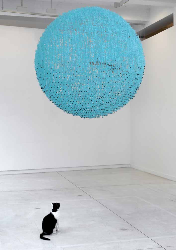 2014, Gescheurd lichtblauw plastic, kerkuil en huiskat (taxidermie), nylon, lood, acryl, 300 x 150 x 150 cm.