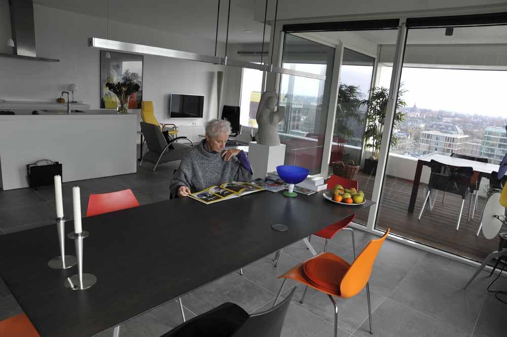 Petri Bloemkolk in haar ruime appartement. De Jheronimustoren had van haar wel wat hoger gemogen. Foto Joep Eijkens