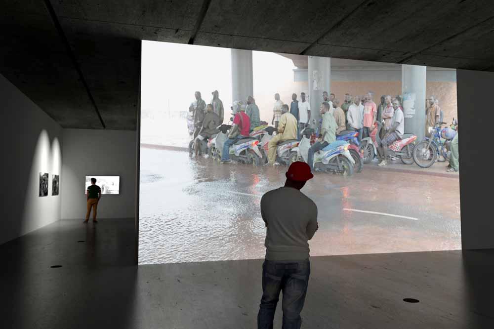 De video 'Oilworkers' van David Claerbout uit 2013, getoond in een presentatie in de nieuwbouw van Museum De Pont in Tilburg van september 2016 t/m januari 2017.