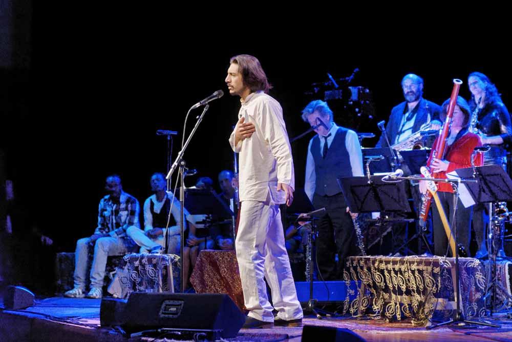 Ehsan Kanani op het podium met het Nederlands Blazers Ensemble. Foto Paul Janssen.
